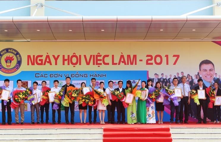 Sinh viên Trường Đại học Hồng Đức sôi nổi tham gia ngày hội việc làm, năm 2017