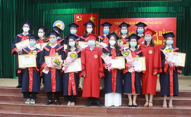 Trường Đại học Hồng Đức bế giảng và trao bằng kỹ sư, cử nhân cho sinh viên tốt nghiệp năm 2021
