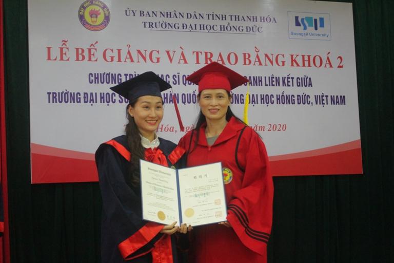 Lễ bế giảng và trao bằng Thạc sĩ Quản trị Kinh doanh liên kết giữa Trường Đại học Hồng Đức với Trường Đại học Songsil, Hàn Quốc khóa 2